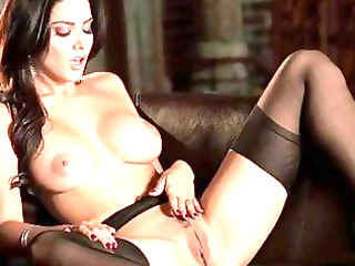 curvaceous sunny leone polishes her pussy
